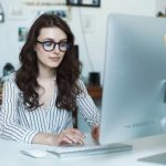 Estudiante asistiendo a clases online en la modalidad estudio en línea
