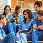Como enfermero registrado, obtendrás un mejor salario y tendrás una gama más amplia de trabajos entre los que elegir.